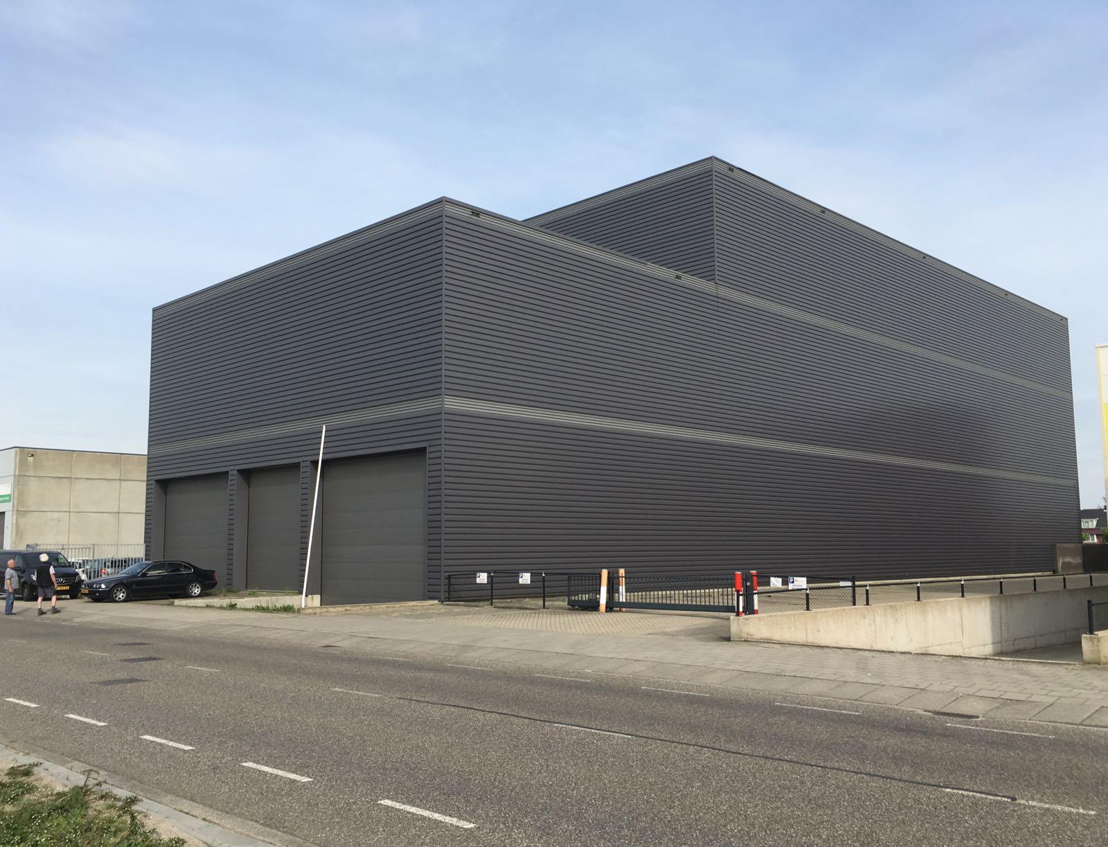 De opslagloods van Muezerie BV in Den Haag met ruimte voor opslag van 200 zeecontainers